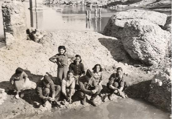 Población local con soldados italianos o alemanes